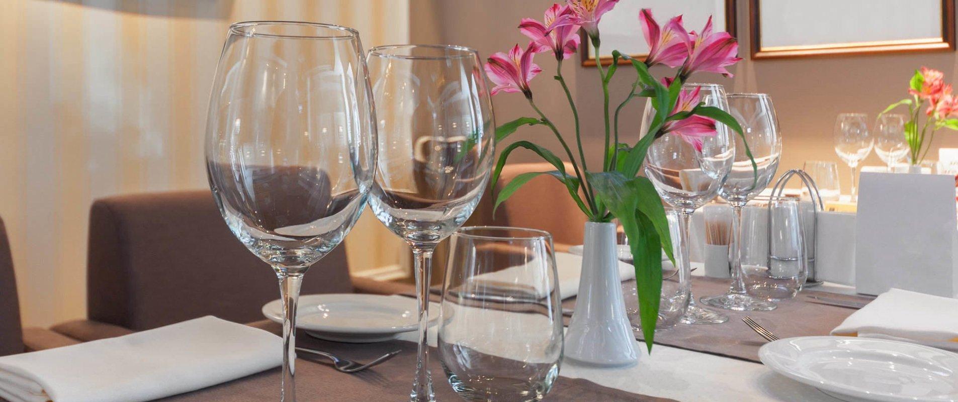 mise en place di un tavolo di ristorante con prodotti For Hotel